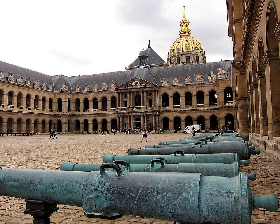 Découvrez la Cour d'honneur du Musée de l'Armée aux Invalides
