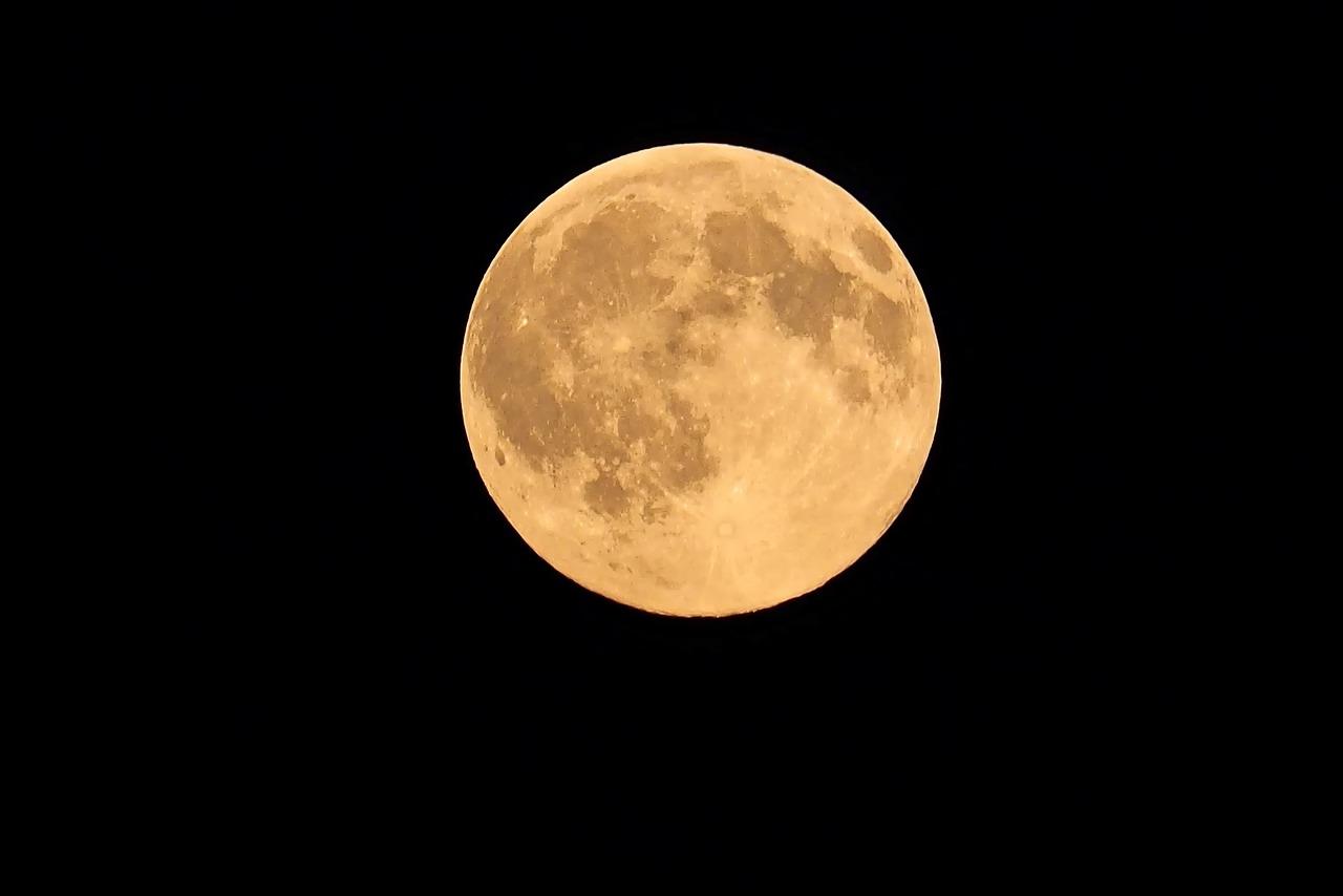 Pourquoi parle-t-on de super lune «rose»?